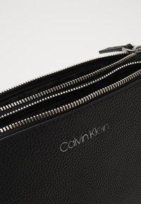 Calvin Klein - EVERYDAY DUO CROSSBODY - Umhängetasche - black - 5