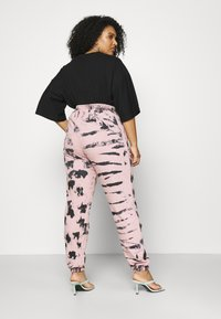 Missguided Plus - TIE DYE - Tracksuit bottoms - pink - 2