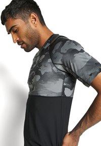 Nike Performance - SLIM CAMO - Camiseta estampada - black/grey fog - 4