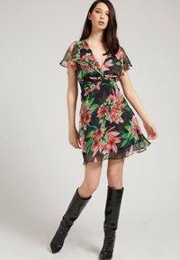Guess - LANA DRESS - Day dress - blumenmuster - 1