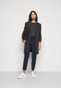 Vero Moda Petite - VMVICTORIA ANTIFIT ANKLE PANTS  - Trousers - navy - 1