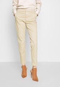 Banana Republic - SLOAN CLEAN SOLIDS - Pantalones chinos - stinson sand - 0