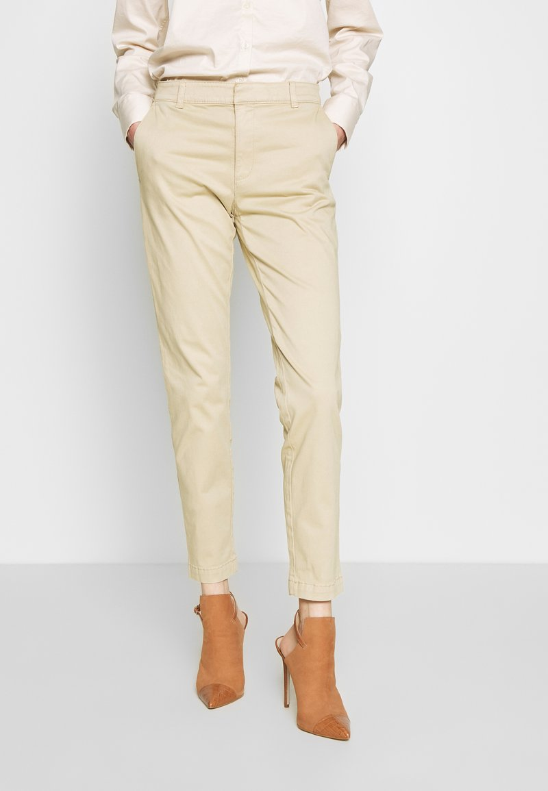 Banana Republic - SLOAN CLEAN SOLIDS - Pantalones chinos - stinson sand