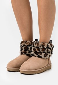 UGG - FLUFF MINI QUILTED LEOPARD - Classic ankle boots - amphora - 0