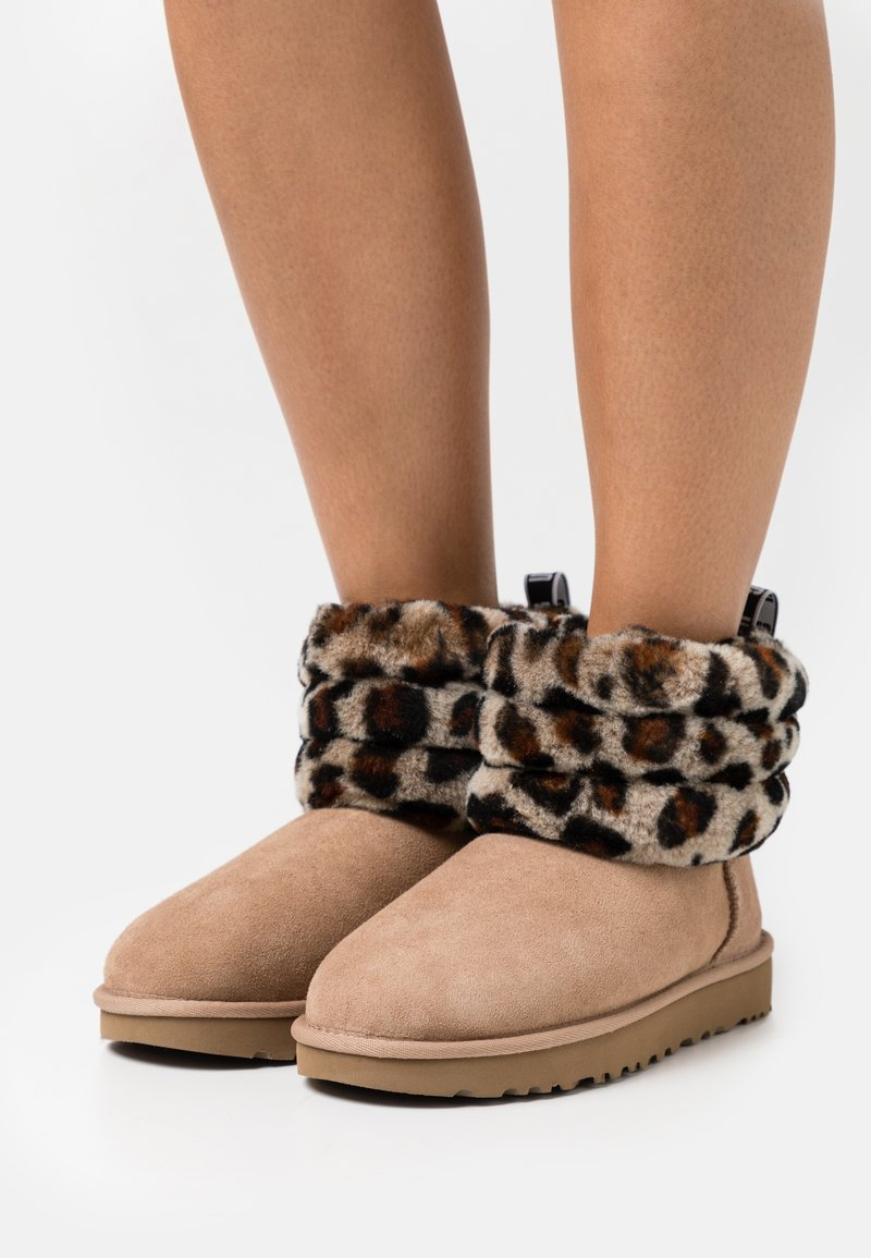 UGG - FLUFF MINI QUILTED LEOPARD - Classic ankle boots - amphora