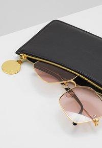 Stella McCartney - Sluneční brýle - gold-colured/pink - 2