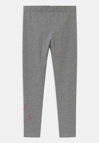 Nike Sportswear - FAVORITES - Legging - carbon heather/fireberry - 1