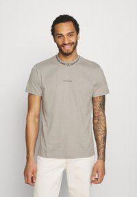 Calvin Klein Jeans - LOGO TEE UNISEX - T-shirt con stampa - elephant skin - 0