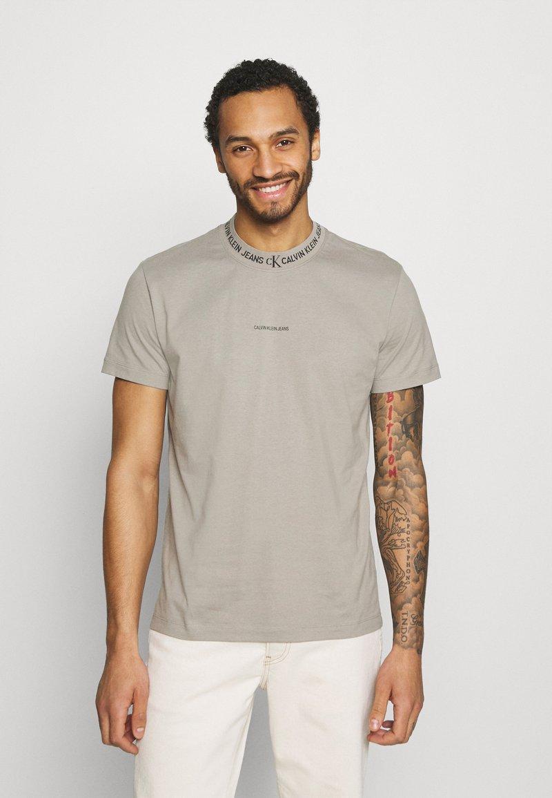Calvin Klein Jeans - LOGO TEE UNISEX - T-shirt con stampa - elephant skin