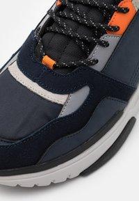Colmar Originals - AYDEN BLADE - Sneakers laag - navy/orange - 5