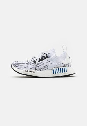 NMD_R1 BOOST PRIMEKNIT SPORTS INSPIRED SHOES UNISEX - Matalavartiset tennarit - footwear white/core black