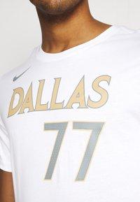 Nike Performance - NBA DALLAS MAVERICKS LUKA DONCIC CITY EDITION NAME NUMBER TEE - Equipación de clubes - white - 5