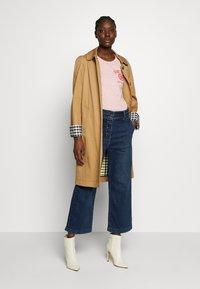 GANT - PEONY LOGO GRAPHIC - T-shirt imprimé - summer rose - 1