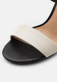 Lauren Ralph Lauren - GWEN - Sandály na vysokém podpatku - vanilla/black/gold - 6