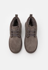 UGG - NEUMEL - Sznurowane obuwie sportowe - charcoal - 3