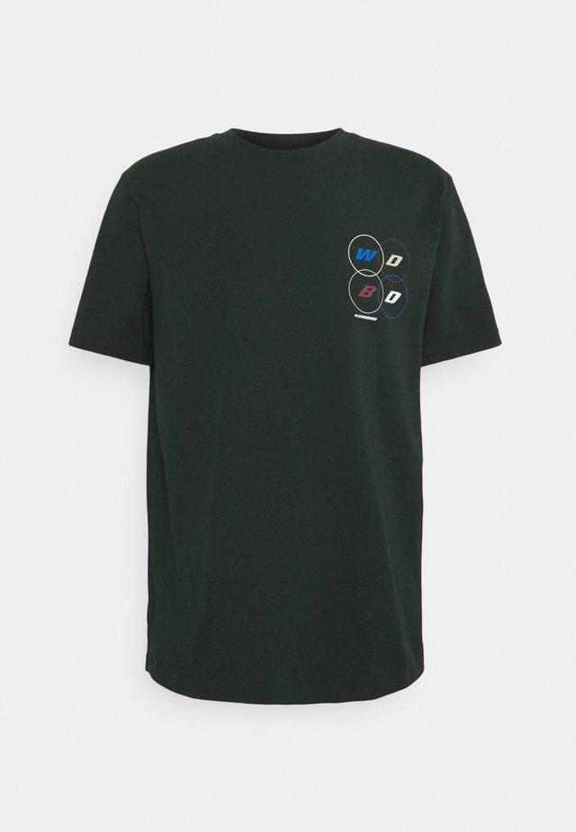 BOSE PASS TEE - Print T-shirt - dark green