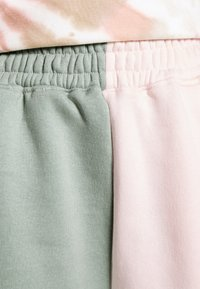 Missguided - RAW HEM COLOUR BLOCK RUNNER SHORTS - Shorts - sage - 6