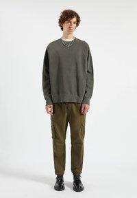 PULL&BEAR - Cargo trousers - dark green - 1