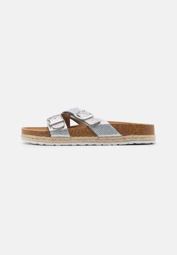 WIDE FIT FOXY DOUBLE BUCKLE FOOTBED