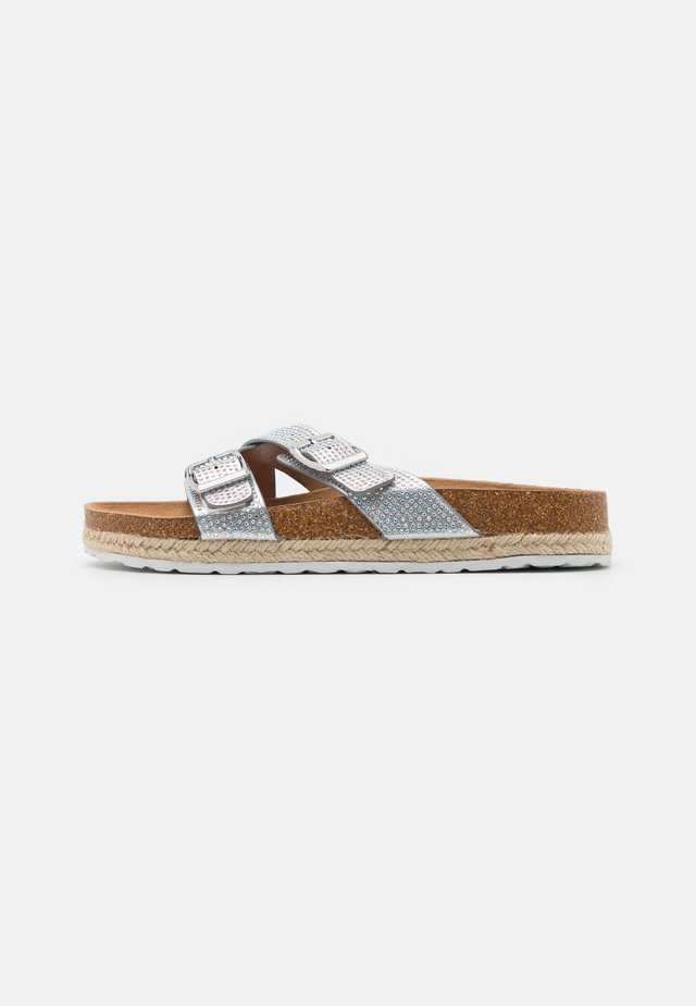WIDE FIT FOXY DOUBLE BUCKLE FOOTBED - Slippers - silver