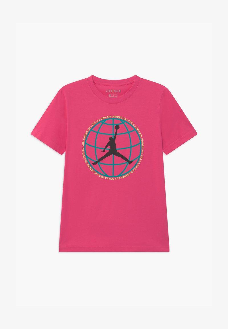 Jordan - MOUNTAIN SIDE GLOBE UNISEX - Print T-shirt - watermelon