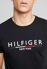 Tommy Hilfiger - CORP UNDERLINE TEE - Camiseta estampada - black - 4