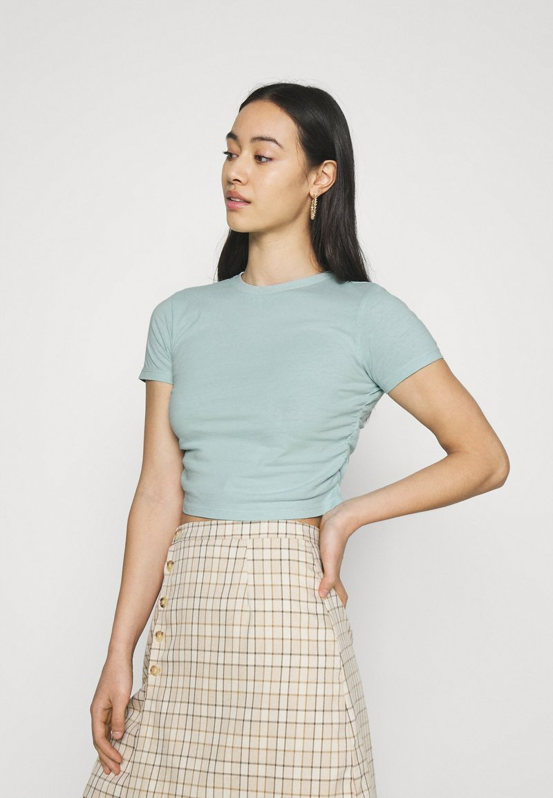 BDG Urban Outfitters - RUCHED CROP - Print T-shirt - blue