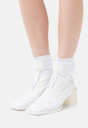 BOOT - Kotníkové boty - white