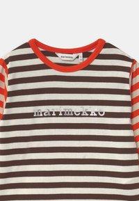 Marimekko - VEDE TASARAITA UNISEX - T-shirt à manches longues - dark brown/off white - 2