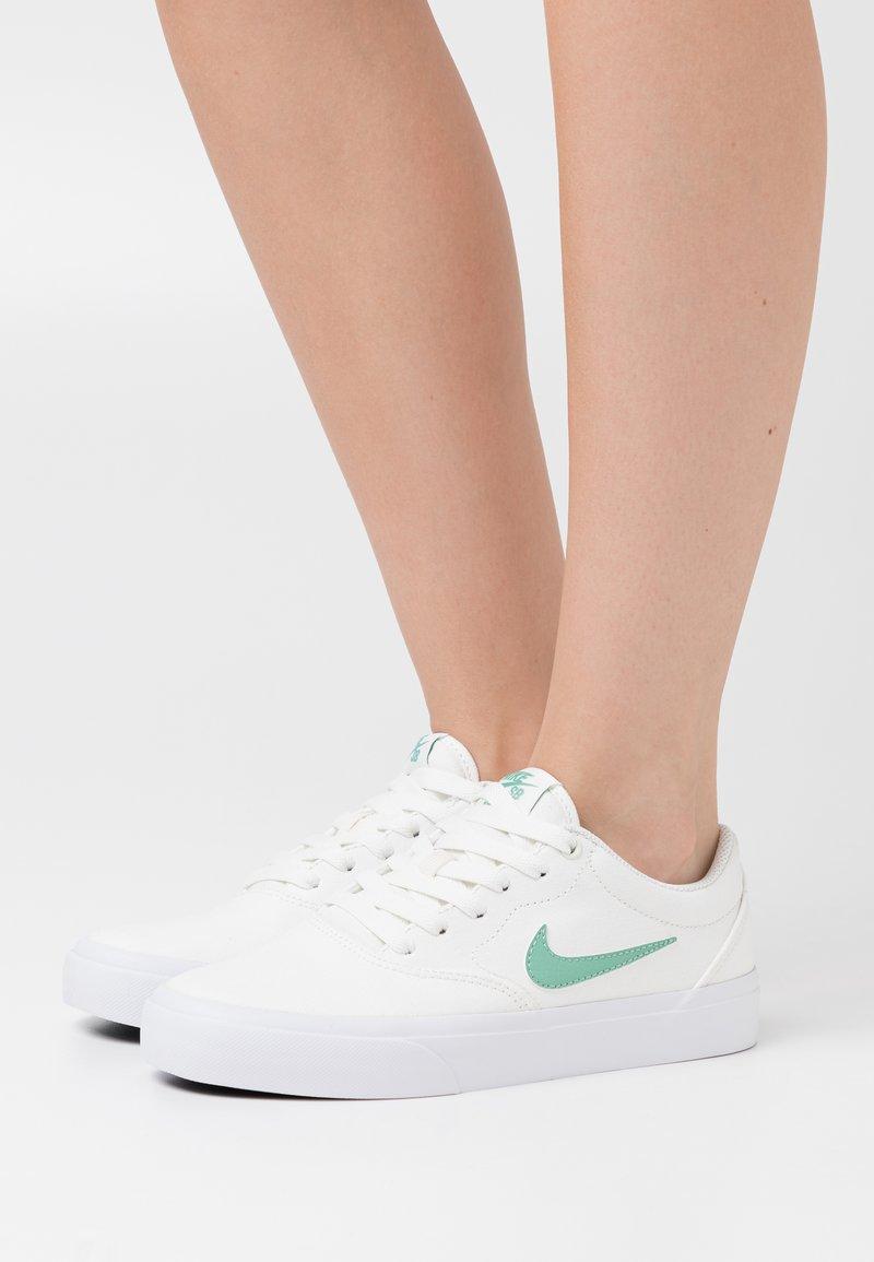 Nike SB - CHARGE - Baskets basses - sail/healing jade/white