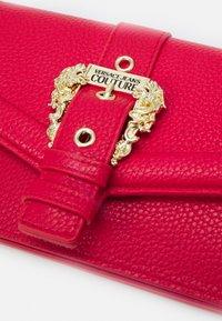 Versace Jeans Couture - COUTURE CHAIN WALLET - Portfel - rosso - 5