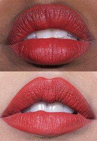 LH cosmetics - VELVET COUTURE - Rouge à lèvres liquide - orange-red - 1