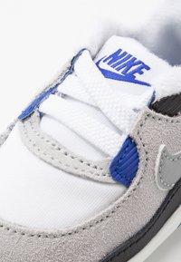 Nike Sportswear - MAX 90 CRIB - Patucos - white/particle grey/light smoke grey/hyper blue/black - 2