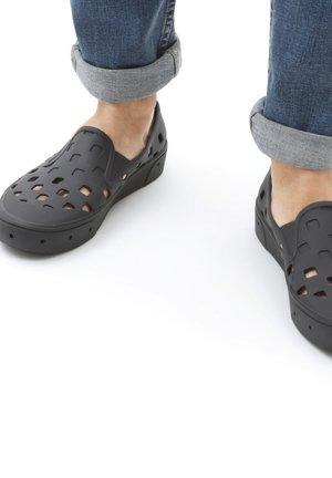 UA SLIP-ON TRK - Slippers - black