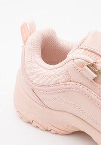 Fila - STRADA JR - Zapatillas - peach blush - 4
