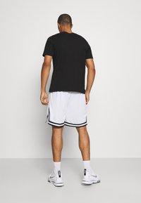 Karl Kani - SIGNATURE MESH SHORTS - Shorts - white - 2