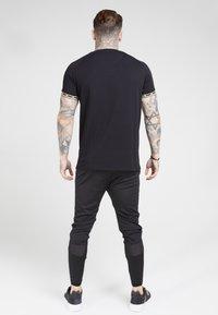 SIKSILK - T-shirt print - black  gold - 2