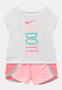 Nike Sportswear - SPRINTER SHORT SET - T-shirt imprimé - light pink/white - 0
