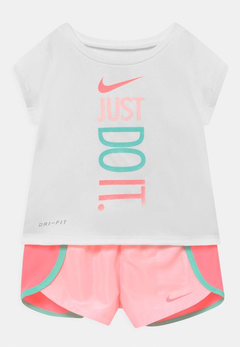 Nike Sportswear - SPRINTER SHORT SET - T-shirt imprimé - light pink/white