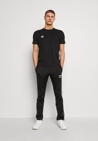 Umbro - SMALL LOGO TEE - Basic T-shirt - black - 1