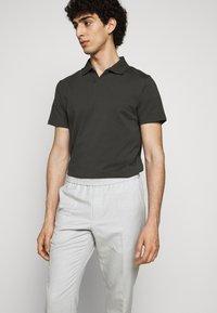 Filippa K - TERRY CROPPED SLACKS - Kalhoty - grey - 3