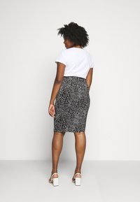 CAPSULE by Simply Be - MONO PRINT MIDI SKIRT - Pencil skirt - black/ivory - 2