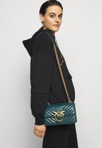Pinko - LOVE MINI ICON QUILT TRAPUNTATA CHEVRONNE - Across body bag - dark green - 0