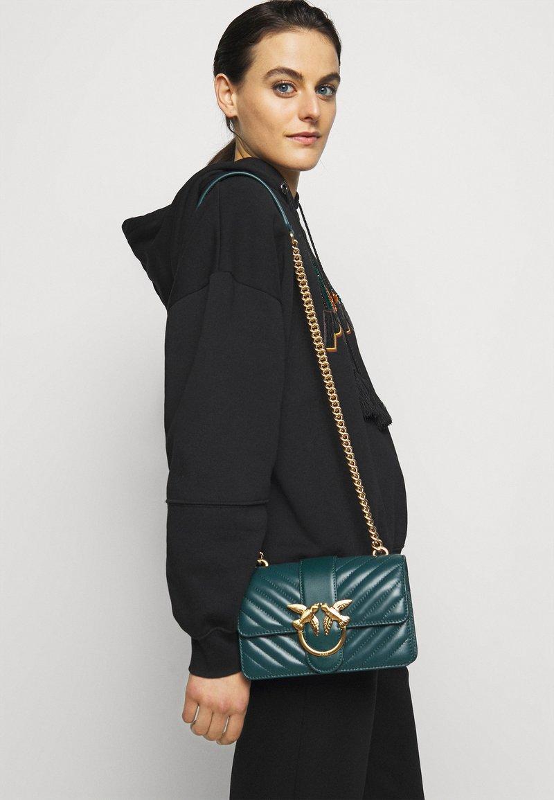 Pinko - LOVE MINI ICON QUILT TRAPUNTATA CHEVRONNE - Across body bag - dark green