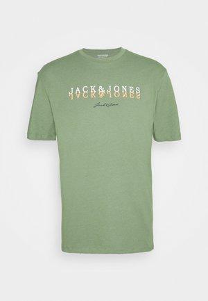 JORSHADDOW TEE CREW NECK - Print T-shirt - sea spray