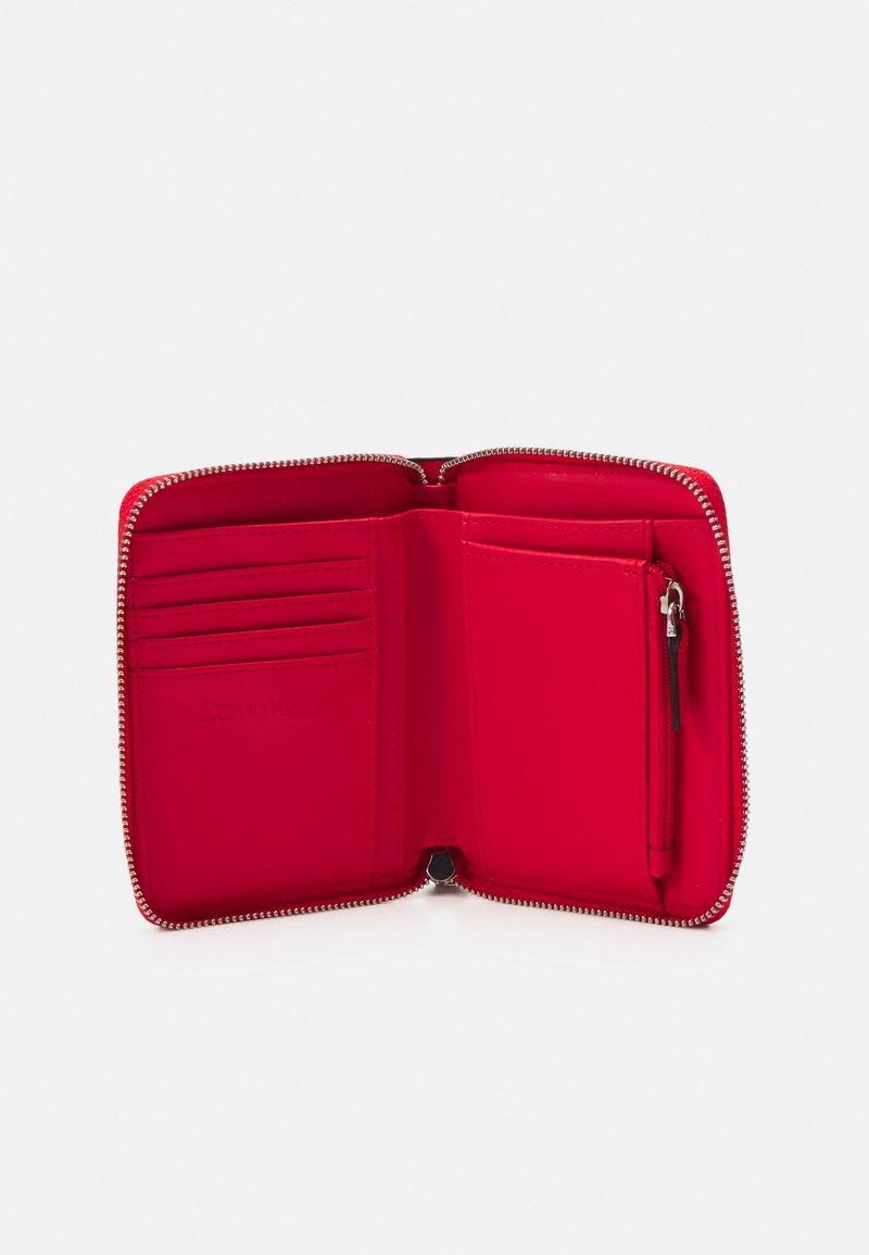 Calvin Klein - WALLET WAVE SAFFIA - Wallet - red