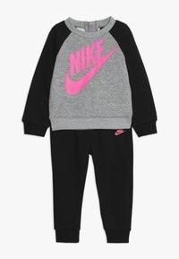 Nike Sportswear - CREW PANT BABY SET - Sudadera - black - 0