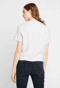 Tommy Jeans - FLAG TEE - T-shirt imprimé - pale grey - 2
