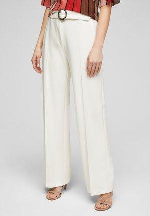 MIT BÜGELFALTEN - Trousers - white