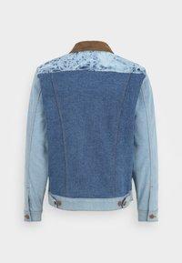 Billabong - BILLABONG X WRANGLER TEAM RANCH MIXUP  - Denim jacket - salt - 1